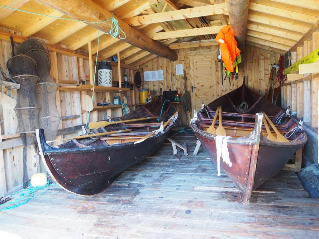Et velfylt båtnaust med masse fiskeutsyr, krabbeteiner, flytevester og 2 flotte geitbåter: Geita og Kjeet!
