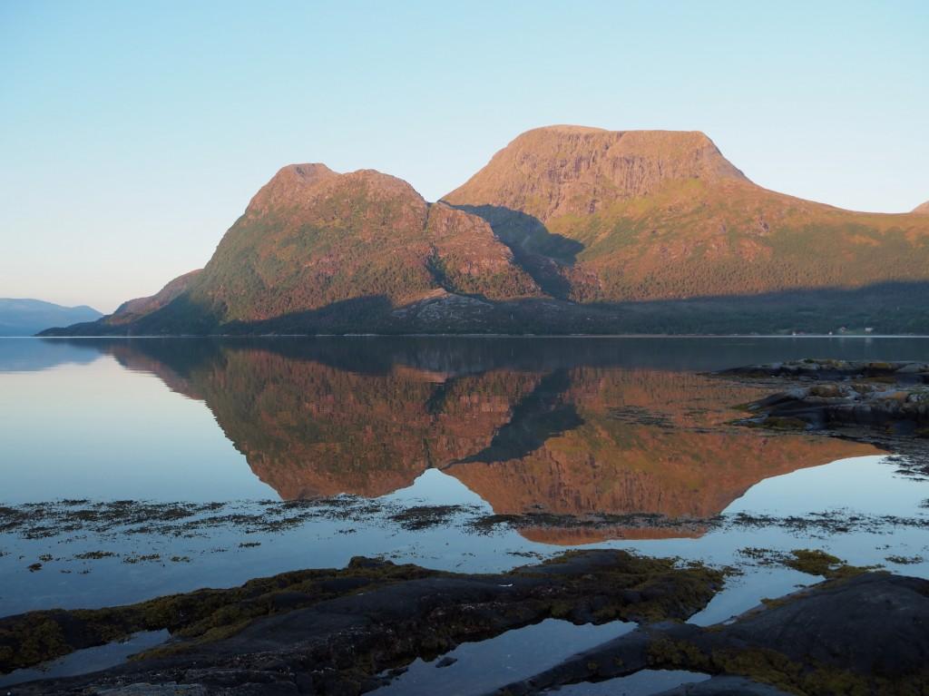 Naboøya Stabblandet bader i morgensol! Den store toppen heter Storøra.