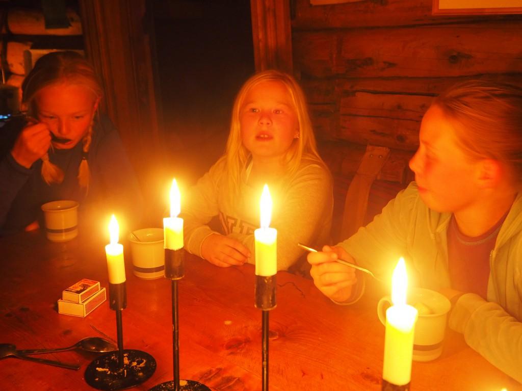 Jentene koser seg med varm kakao og marshmallows.